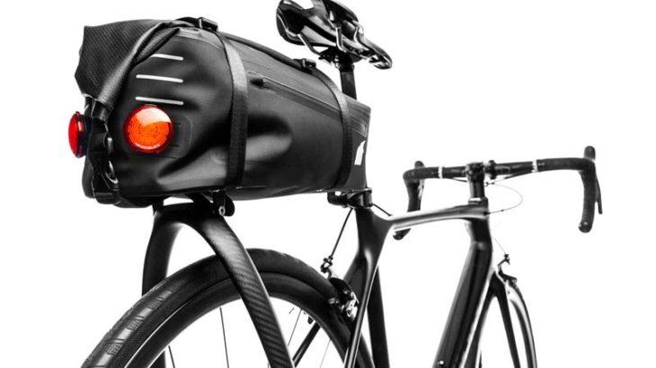 あらゆるバイクに取り付け可能! テイルフィンカーボンリヤキャリア。